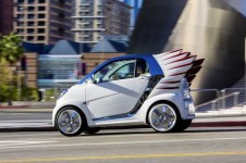 fashion_designer_jeremy_scott_gives_wings_to_the_mercedes_benz_smart_fortwo_electric_drive_9cnoz